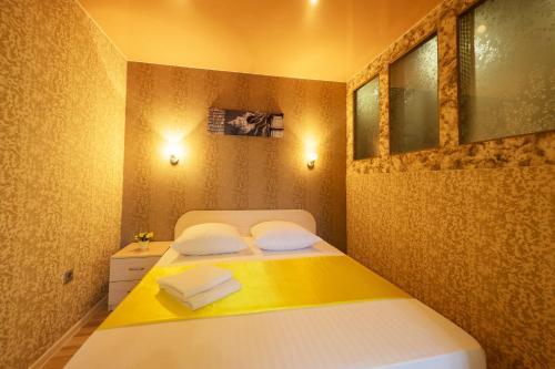 Кровать или кровати в номере Apartment Viphome on Sovetskaya, 69