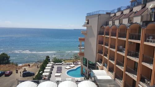 Výhľad na bazén v ubytovaní Apartment in Grand Hotel Sveti Vlas alebo v jeho blízkosti