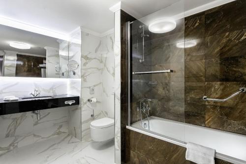 A bathroom at COSMOPOLITAN Hotel Prague