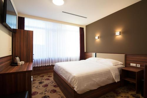 A bed or beds in a room at Hotel King's Court