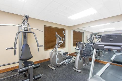 The fitness center and/or fitness facilities at Wingate by Wyndham Savannah Airport