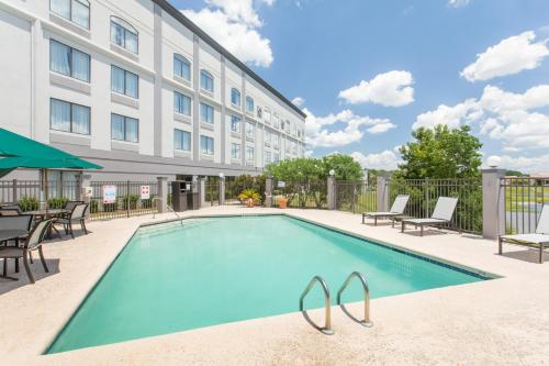 The swimming pool at or near Wingate by Wyndham Savannah Airport