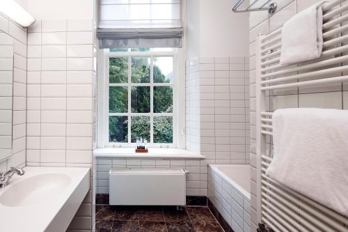 A bathroom at Grand Hotel Karel V