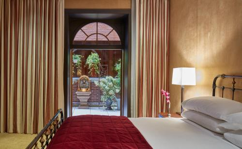 The Chatwal, a Luxury Collection Hotel, New York City房間的床