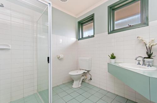 A bathroom at Melaleuca Motel
