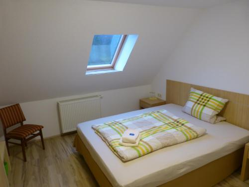 A bed or beds in a room at Pension Zur Eiche