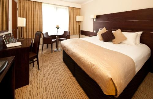 A bed or beds in a room at Mercure Bradford, Bankfield Hotel