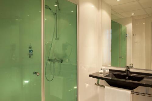 A bathroom at Escale Oceania Marseille Vieux Port