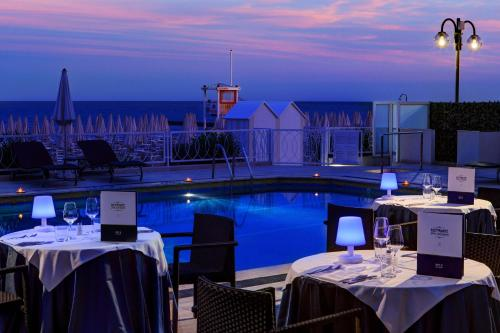 A restaurant or other place to eat at Hotel Byron Bellavista
