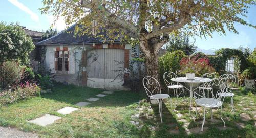A garden outside Chambres d'Hotes La Mystérieuse