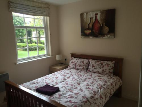 A bed or beds in a room at Leamington Spa Serviced Apartments - Ince House
