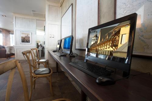 Una televisión o centro de entretenimiento en Hotel Costaustralis