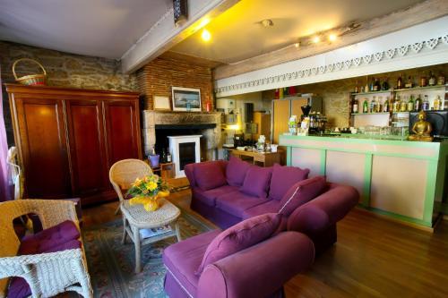 Salon ou bar de l'établissement Logis Auberge La Cremaillere