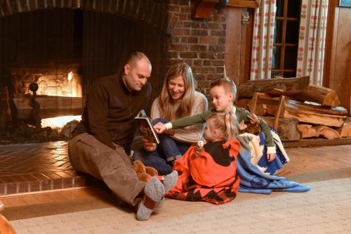 A family staying at Lake Quinault Lodge