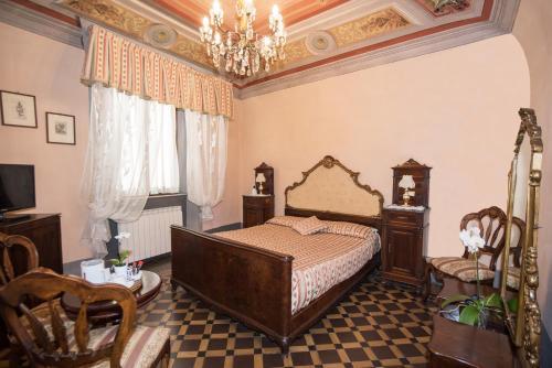 A bed or beds in a room at Relais Centro Storico Residenza D'Epoca