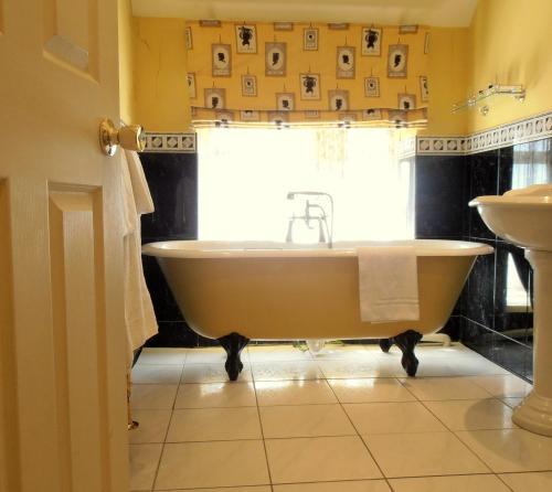 A bathroom at The Hunters Rest Inn