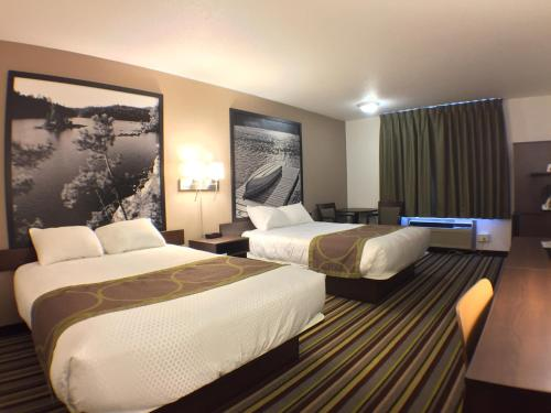 Кровать или кровати в номере Super 8 by Wyndham Kenora