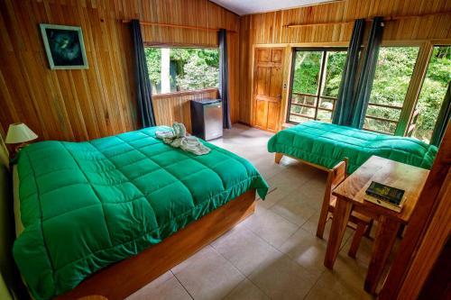 Een bed of bedden in een kamer bij Cala Lodge