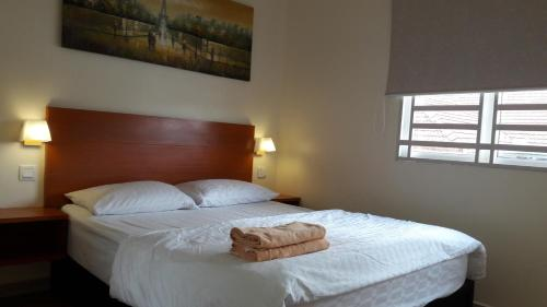 A bed or beds in a room at Penang Hill Lodge