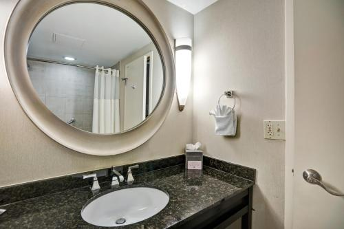 A bathroom at DoubleTree by Hilton Downtown Wilmington - Legal District
