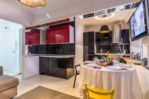 Кухня или мини-кухня в Apartment on Novyy Arbat 34