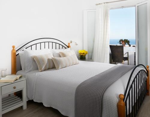 Un ou plusieurs lits dans un hébergement de l'établissement Milos Villas Hotel