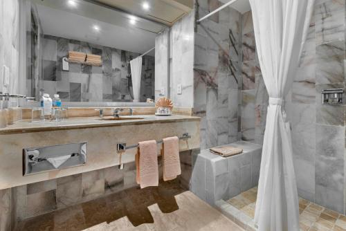 Un baño de El Cid El Moro Beach
