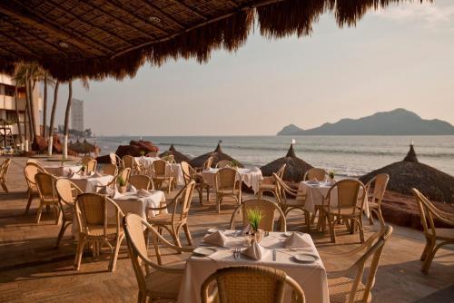 Un restaurante o sitio para comer en El Cid El Moro Beach