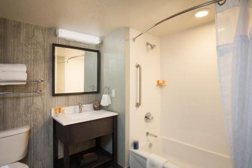 A bathroom at Hotel Azure