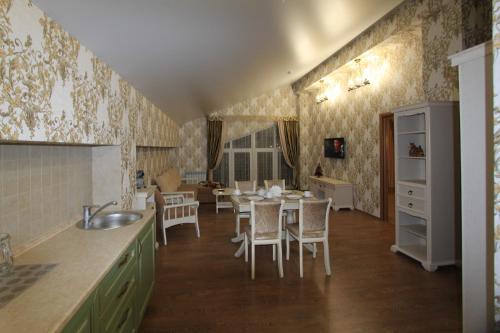 Кухня или мини-кухня в Отель Альпийская Сказка