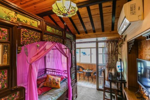 Een stapelbed of stapelbedden in een kamer bij Wuzhen Riverside Boutique Hostel