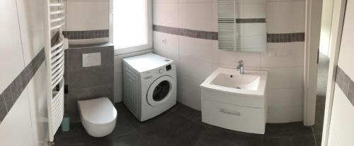 A bathroom at Messeapartment Dutzendteich