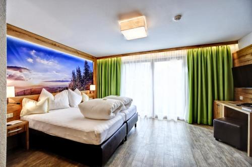 A bed or beds in a room at Hotel Arnika