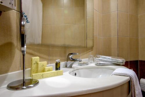 A bathroom at Iraklion Hotel