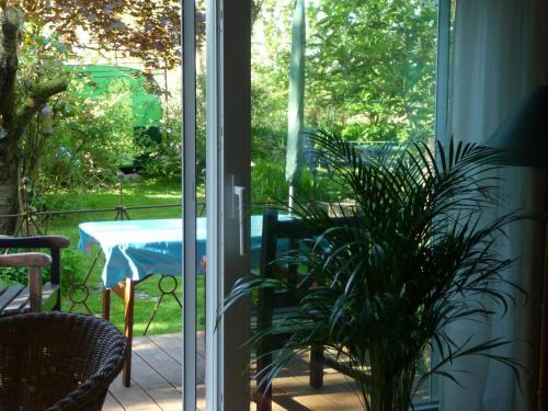 Ein Blick auf den Pool von der Unterkunft Apartment am Lühedeich oder aus der Nähe