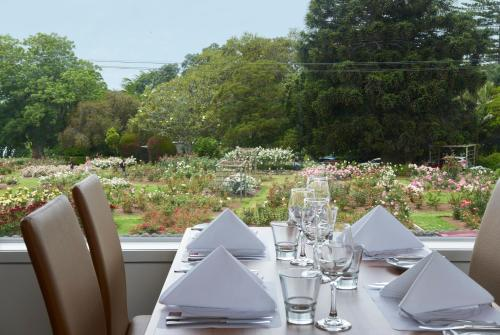 A restaurant or other place to eat at Auckland Rose Park Hotel