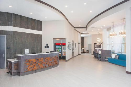 The lobby or reception area at Hampton Inn & Suites LAX El Segundo