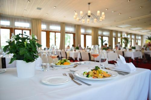 Ein Restaurant oder anderes Speiselokal in der Unterkunft Hotel Kurhaus am Sarnersee