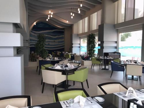 Um restaurante ou outro lugar para comer em Al Diafah Apartments Olaya