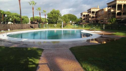 The swimming pool at or near Apartamento Alcotan Novo Sancti Petri - Planta baja con jardin privado