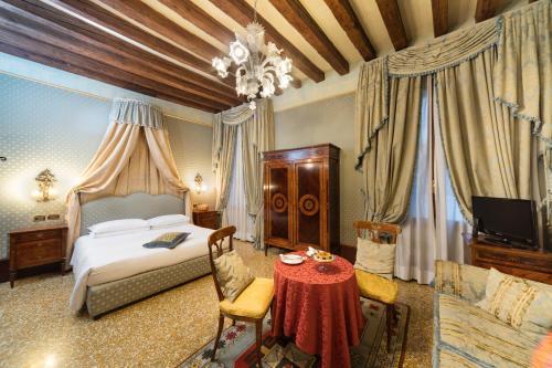 Cama ou camas em um quarto em Hotel Al Ponte Dei Sospiri