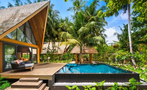 The swimming pool at or close to The St. Regis Maldives Vommuli Resort