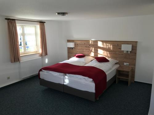 Ein Bett oder Betten in einem Zimmer der Unterkunft Gasthaus Hotel zum Kreuz
