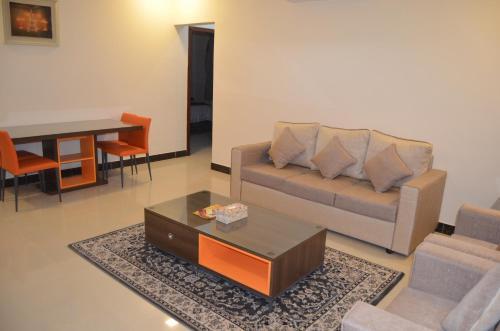 Uma área de estar em Almanzel Althahabi Aparthotel