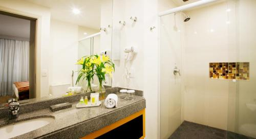 A bathroom at Quality Suites Alphaville