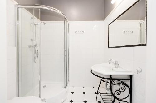A bathroom at Hotel Willa Flora