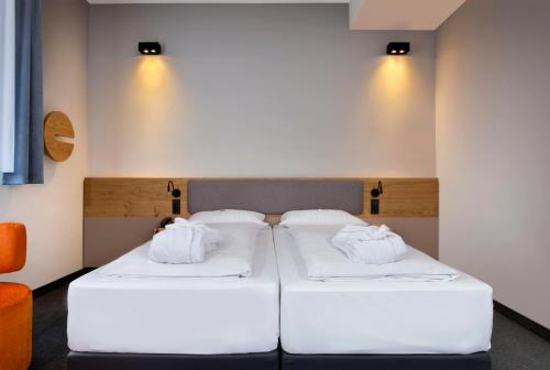 A bed or beds in a room at IntercityHotel München