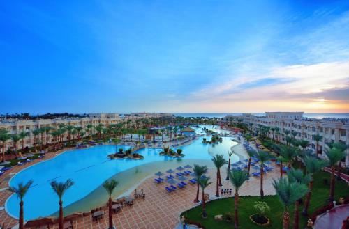 Uitzicht op het zwembad bij Albatros Palace Resort - Families and couples only of in de buurt