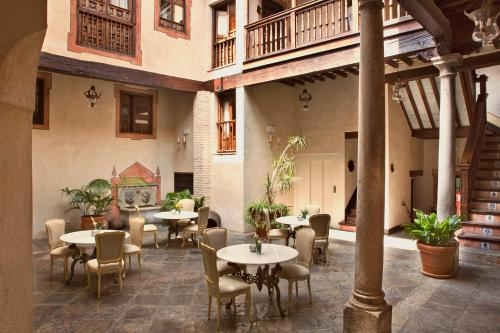 A restaurant or other place to eat at Hotel Casa 1800 Granada