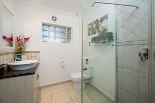 A bathroom at Candlewood Lodge